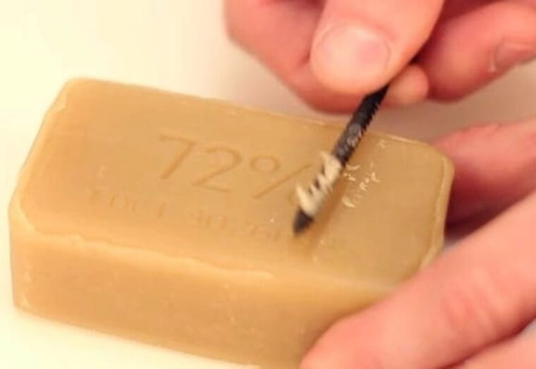 Usa Jabón Para Ayudar A Que Los Tornillos Entren En Los Agujeros
