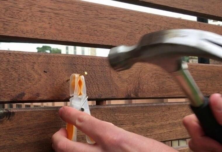 Una Forma Súper Sencilla De Proteger Tus Dedos Mientras Martillas