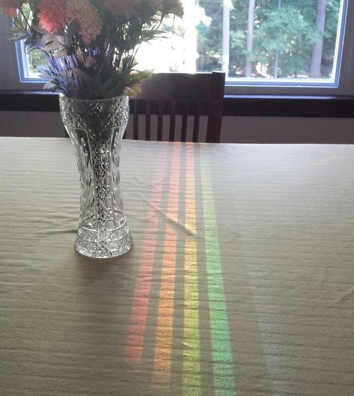 O Reflexo Colorido Através Da Cadeira