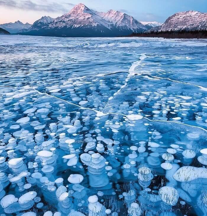 Bolhas De Metano Debaixo De Um Lago Congelado