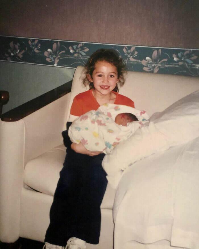 Miley Cyrus Con Su Hermana Recién Nacida