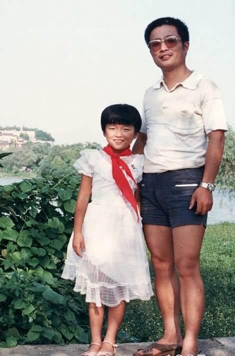 Un Padre Con Estilo Al Lado De Su Joven Hua: 1987