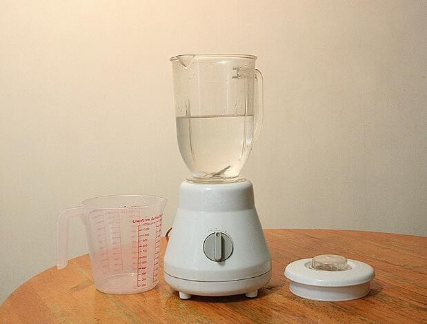 Limpando Um Liquidificador Da Forma Certa Com Água E Detergente