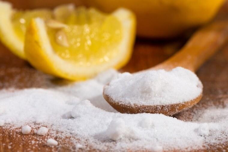 Limpe Uma Tábua De Madeira Com Sal Kosher E Limão