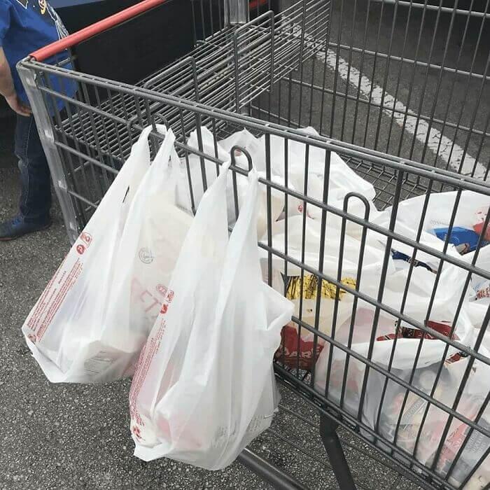 Os Ganchos De Metal Nos Carrinhos De Supermercado Estão Ali Por Uma Razão
