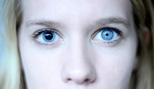 """Uma Mulher Com """"Olhos Bowie"""""""